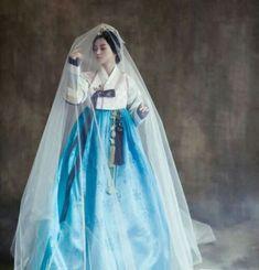 외국 드레스보다아름다운 곡선과 은은한 색상의 조화가 멋있고삼베와 비단이 어울리면서 조화를 이루는 한...
