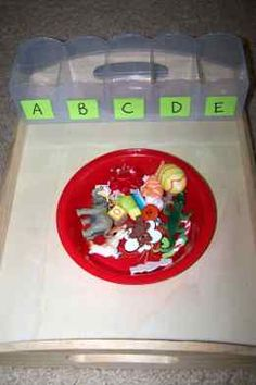 La actividad consiste en que los niños deberán clasificar correctamente los objetos,  poniéndolos en el recipiente en cuya etiqueta esté la inicial del mismo.  (Avión/en la A,  Elefante/ en la E, y así sucesivamente).