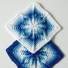 After seeing the marvelous Nomad by Fate patterns by Martin Up North, I wondered whether I could manage to make something like that in the round… and I did! Martin graciously allowed me to publish the pattern of this square.
