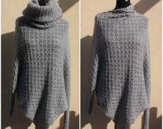 d85050fa3a5 Articles similaires à Poncho tricoté à la main avec des manches en laine  pour les femmes