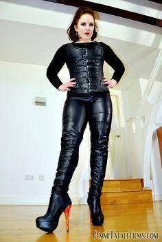 Lady.   Leadher laarzen. pents. bustier.