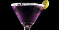 Existen varias teorías sobre el origen del martini. Una de ellas cuenta que Martini di Arma, barman del hotel Knickerbocker de Nueva York, preparó este cóctel para John D. Rockefeller: mezcló ginebra, vermut y naranja, lo enfrió con hielo y sirvió en un vaso helado. En la actualidad es un must y de los drinks más cotizados y famosos.
