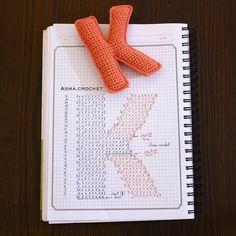Crochet charts for alphabet letters 😍 Crochet Diy, Crochet Motifs, Crochet Amigurumi, Crochet Diagram, Crochet Chart, Love Crochet, Crochet Stitches, Crochet Patterns, Crochet Gratis