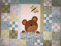 Мишки-мимишки — это вечная, как мир, тема. Они входят в нашу жизнь с первой игрушкой, рисунком на первой ложечке или чашке, но больше всего их, наверное, на детских одеялках и лоскутных покрывалах. Какая первая мысль возникает, когда решаешь сшить одеялко новорожденному? Уверена, что у большинства — сшить лоскутное одеяло с мишкой. В конце уходящей тематической недели «Братец медвежонок»…