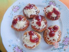 Langošky - jednohubky Czech Recipes, Roll Ups, Snacks Für Party, Doughnut, Muffin, Pizza, Food And Drink, Appetizers, Cooking Recipes