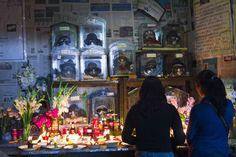 """Doña Anita se dedica a echar las cartas y a ayudar a los desesperados a través de """"limpias"""", mesas rituales y sus trece almitas, trece calaveritas que descansan en un pequeño cuarto de su domicilio de La Paz que algunos han bautizado ya como el """"Templo de la Muerte"""". Entre sus fieles, doña Anita dice que hay médicos, arquitectos, profesores, amas de casa, gente pobre y gente rica. Y además, policías, abogados, jueces y fiscales. Foto: Miguel Inti Canedo."""