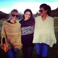 "María Cielo: Los ponchos tejidos de Agostina Bianchi y de ""El Camarín"" Poncho Sweater, Knitted Poncho, Knitted Shawls, Love Crochet, Crochet Lace, Shawls And Wraps, Crochet Clothes, Clothing Patterns, Knitwear"