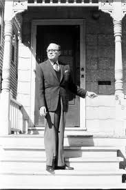 Jack Benny on steps of his former home at 518 W Clayton Street, Waukegan, IL