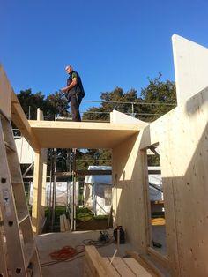 Die Massivholzwände stehen - Das 1 Vollholz - Deckenelement liegt - Bauplanung gerne mit unserem Architektenteam - http://www.zimmerei-massivholzbau.de