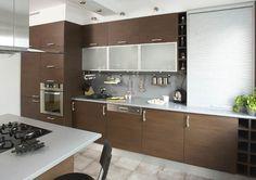 Studio Mebica FUNKCJONALNA KUCHNIA - stworzona z ciemnego drewna uzupełnionego srebrnymi i białymi elementami.