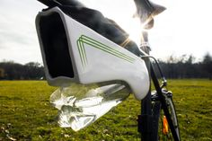 Long-distance bike riders are gonna love Fontus, a solar powered self-filling bicycle water bottle that condenses moisture from the air and stores it as safe drinking water. Pimp Your Bike, Water From Air, Safe Drinking Water, Solar Power System, Cool Inventions, Cool Tech, Alternative Energy, Solar Energy, Renewable Energy