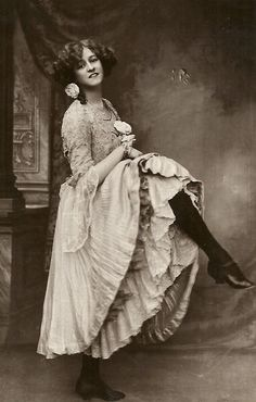 Gabrielle Ray, a British comedy actress, singer and dancer Vintage Pictures, Old Pictures, Old Photos, Victorian Photography, Saloon Girls, Belle Epoch, Victorian Photos, Phantom, Edwardian Era