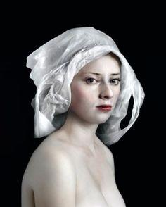 Geïnspireerd door de Vlaamse Primitieven portretteert fotograaf Hendrik Kerstens zijn dochter en muze, Paula. Al gauw evolueert het niveau van fotoalbum na...