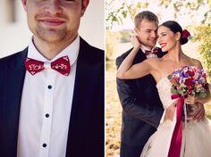 Elegantní rudá svatba na vinici a rudě červený motýlek pro ženicha s bílým ornamentem.