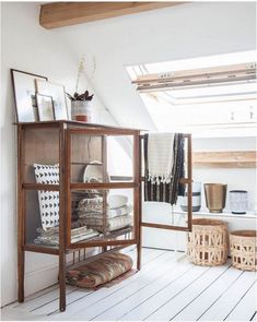 Love that glass cabinet! - Vitrine attic interior