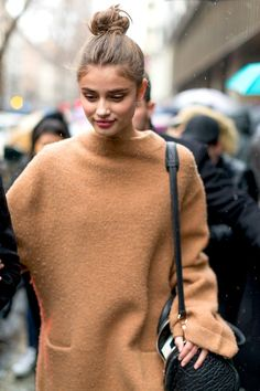 Model Taylor Hill looks great no matter what, so we are always looking to take a page out of her style book. This time, it's all about the cool top knot and camel coat, which come together to create an ultra-cool off-duty look.