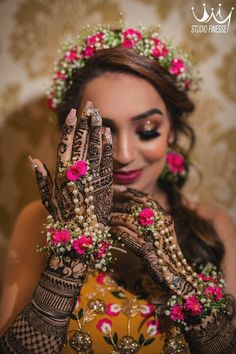 Bridal poses, not sure? Let us show you how to pose for your bridal photoshoot. Mehendi Photography, Indian Wedding Photography Poses, Photography Tips, Bridal Poses, Bridal Photoshoot, Flower Jewellery For Mehndi, Flower Jewelry, Diamond Jewellery, Estilo India
