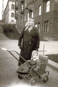 Isoäiti hoitaa lapsenlastaan Helsingissä vuonna 1941. Lastenvaunut vapauttivat perheenäidit kaupungille Nykyvanhemmat voivat valita eri vaunut matkalle, lenkkipolulle ja päiväunille, mutta vielä 1800-luvulla helsinkiläisellä köyhälistöllä oli tapana hoitaa lastenhoitopulmat kapaloimalla vauva tiukaksi paketiksi ja ripustamalla seinälle roikkumaan.