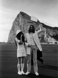 Bodas con Historia: John Lennon y Yoko Ono. El líder de los Beatles y su novia decidieron viajar a Gibraltar para casarse en una ceremonia privada que duró sólo tres minutos. La fecha del evento fue el 20 de marzo de 1969. Los dos estaban vestidos de blanco.