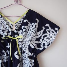 やっぱりこの大きな菊の柄好きだわぁ反物1本しかなかったのが惜しいけれど一期一会ということでしょうか  #kimono #kimonofashion #antiquekimono #vintagekimono #japanesekimono #kimonojacket #kimonocardigan #haori #craftsmanship #Welovecollect #bohostyle #bohochic #rikashioyaboutique #hongkonghandmade #着物 #着物リメイク #銘仙 #etsy  #creema #浴衣 #浴衣リメイク