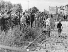 Mehrere Gruppen von Bürgern Westberlins schauen am 13.08.1961 in einer Straße in Berlin-Neukölln bei der Errichtung der Grenzmauer zu. In diesem Jahr wird an den Bau der Berliner Mauer vor 50 Jahren erinnert. Mehrere Gruppen von Bürgern Westberlins schauen am 13.08.1961 in einer Straße in Berlin-Neukölln bei der Errichtung der Grenzmauer zu.