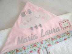 Toalha com capuz ideal para enxugar a pele delicada do seu bebê.  Confeccionada em toalha felpuda e tricoline (100% algodão). E com delicadas aplicações do tema.    *** Essa peça acompanha uma fralda toalha.    *** Nesse valor está incluso o primeiro nome. Em caso de nome composto por favor nos c... Baby Kit, Minnie, Bibs, Patches, Projects To Try, Embroidery, Quilts, Sewing, Crafts