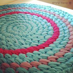 דוגמת סריגת שטיח מחוטי טריקו - עושה עיניים    T-shirt yarn / Trapillo - Crochet rug    by OsaEinaim