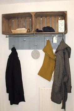 Kapstok met kratjes voor sjaals, mutsen, handschoenen e.d. Neemt weinig ruimte in beslag! Ophangpunten zou ik dan met haakjes of hout doen.