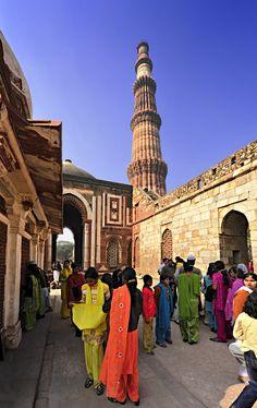 El Minarete Qutub es uno de los monumentos más impresionantes que ver en Nueva Delhi. Con us 72 metros, es el edificio de ladrillos más alto del mundo.