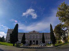 Para comemorar o #PalaceDay nada como homenagear o meu vizinho: Palácio da Ajuda!  tem post no blog sobre esse lugar incrível e pouco conhecido link na bio!  . . .  #lisbon #portugal #visitportugal #summer #travel #wanderlust #travelblogger #travelsolo #travellingsolo #lisboa #missãovt #instagramcml #palace #palaciodaajuda #palacionacionaldaajuda #palacionacional #palacio #bluesky #clouds