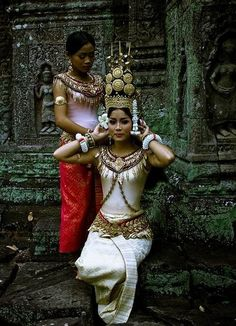 love this picture: Cambodian women in traditional Khmer dress. Cultures Du Monde, World Cultures, We Are The World, People Around The World, Traditional Fashion, Traditional Dresses, Cambodian Women, Costumes Around The World, Beauty Around The World