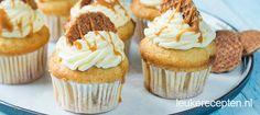 Muffins met stukjes stroopwafel met een romige boter crème topping, lekker en feestelijk!