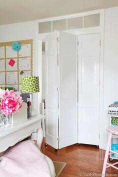 How to Transform Thrift Store Bi-fold Doors into Rolling Doors & a link on how to make a faux transom Door Dividers, Room Divider Doors, Diy Room Divider, Divider Ideas, Temporary Door, Diy Screen Door, Transom Windows, Barn Door Hardware, Barn Doors