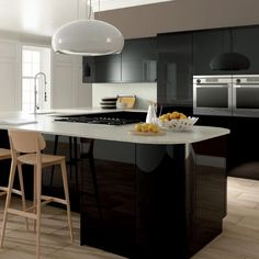 High gloss kitchen Doors are visually stunning, hard-wearing and epitomise a modern home. They give a super sleek, stylish look. Combine this with a simple slab or handleless door and some curved kitchen cabinets and the effect is accentuated. To make a statement why not choose a bold colour like this Zurfiz kitchen in Ultragloss Black? Shown here in a stylish True Handleless kitchen design. Dramatic, daring and dynamic. What's not to like? Black Gloss Kitchen, High Gloss Kitchen Cabinets, Kitchen Cabinet Styles, Kitchen Cabinet Doors, Kitchens And Bedrooms, Home Kitchens, Dream Kitchens, Replacement Kitchen Doors, Best Hacks