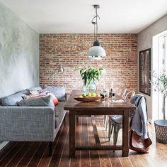 Un sofá ha sustituido a una parte de las sillas de la mesa de comedor y es que en decoración no hay fronteras. Si buscas un sofá de lineas rectas similar al que aquí te mostramos, cómodo, de calidad y barato entra en nuestra web http://www.originalhouse.info/