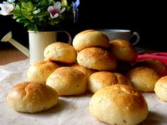 Broinhas de fubá - Pan de maíz brasileño Hamburger, Bread, Food, World, Brazilian Cuisine, Appetizers, Foodie Travel, Breads, Eten
