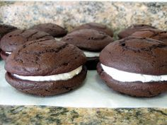 Baking, domesticity, and all things mini: Chocolate gobs… or whoopie pies Backen, Häuslichkeit und alles Mini: Schokoladenstücke … oder Whoopie Pies Chocolate Gobs Recipe, Chocolate Whoopie Pies, Pumpkin Whoopie Pies, Delicious Desserts, Yummy Food, Peanut Butter No Bake, Cake Recipes From Scratch, Recipes, Kitchens