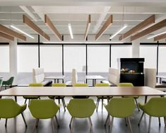 The common area at the University of Georgia College of Veterinary Medicine is a bright and airy space where students can study for exams or relax with their classmates. The SoundPly Cella Acoustic Baffles add both visual warmth and acoustic comfort to the room. Architect: Kristin Butler Designs Installer: Davko Services #SoundPly #AcousticSolutions #featurefriday #Georgia #acoustics #interiordesign #architecture Church Interior Design, Church Stage Design, Acoustic Baffles, Church Foyer, Youth Rooms, Hallway Lighting, Acoustic Panels, Showcase Design, Common Area