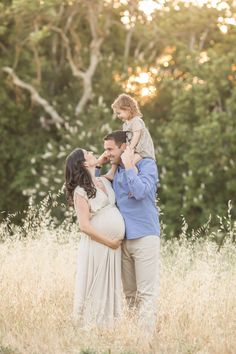 Outdoor family maternity session in field | Bay Area Family Maternity Photographer | Bethany Mattioli Photography