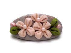 He encontrado este interesante anuncio de Etsy en https://www.etsy.com/es/listing/215717434/linda-rosa-suave-de-las-flores-kanzashi