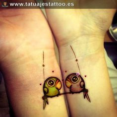 tatuajes de loros en la muneca