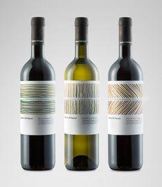 Biowein von der Cantina Colli Ripani. Mehrfach ausgezeichnetes Label, angeblich auch mit dem Red Dot Award. Hoffentlich schmecken die Weine auch halbwegs.  Die Rebsorten sind nicht jedem (mir) ein Begriff: Rosso Piceno, Marche Passerina, Falerio Pecorinound Sangiovese. Okay, letztere hab ich schon mal gehört.  Sehenswerte Details gibt es hier zu sehen: https://www.behance.net/gallery/16813437/Organic-Wines-Cantina-dei-Colli-Ripani