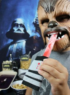 Even Wookiees love a good Star Wars Ice Pop Lightsaber! Get the DIY from @justjennrecipes