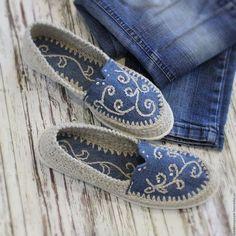 Купить или заказать Льняная обувь 'Эко МОДА' в интернет-магазине на Ярмарке Мастеров. Решила поэкспериментировать и совместить удобную льняную обувь с модной джинсовой :) Получился такой интересный микс... и удобный ... и модный ! Джинсовая часть, в том числе и стелька, вышита льном и декорирована стразами. Вязаная часть выполнена из льна натурального. Пяточка завышена. На подъёме предусмотрена декоративная выемка. Подошва удобной формы, на маленьком (1,5 см) каблучке.