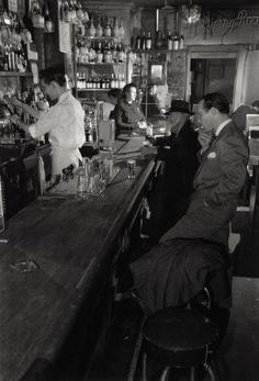 Joe's Bar/ Greenwich Village New York/ Photo: Berenice Abbott. Such a great picture - charismatic! Berenice Abbott, Restaurant New York, Photo Restaurant, Restaurant Design, Village Photography, Old Photography, Street Photography, Greenwich Village, New York Photos