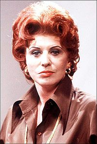 The wonderful Pat Phoenix - northern glamour and guts - great story teller too. She'd have to go outside to smoke though . Coronation Street Blog, Anne Kirkbride, British Drama Series, Film Images, Vintage Tv, British Actresses, Old Tv, Classic Tv, Music Tv