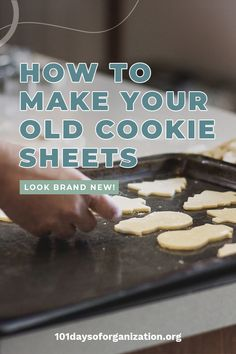 Got an embarrasingly dirty cookie sheet? There's a way to clean cookie sheets with burned-on gunk. All you need is a couple of simple household ingredients! Household Cleaning Tips, Cleaning Recipes, Cleaning Hacks, Cleaning Solutions, Microwave Cleaning Hack, Oven Cleaning, Clean Refrigerator, Clean Dishwasher, Cream Of Tartar Uses