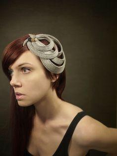 Moderne skulpturale grau Filz Fascinator - Orbital Series - kundenspezifisch konfektioniert