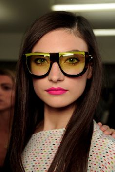 Neon Pink Lips with this glasses: PERFECT!