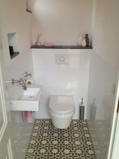 Strakke toiletruimte met prachtige patroonvloer